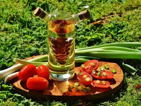 Es gibt viele verschiedene Olivenöl-Flaschen. Bei einer hellen Glasflache besteht jedoch der Nachteil, dass das Olivenöl durch den Lichteinfall schneller schlecht und ranzig wird. Hier solltest du eher in eine getönte Olivenglasflasche investieren. (Foto: Pixabay Photography/ pexels.com)