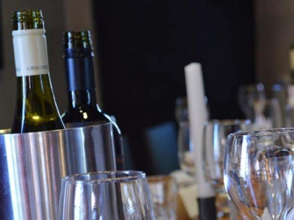 Flaschenkühler halten die Weinflaschen kühl, damit sie länger geniessbar sind. Bei besonderen Anlässen sind sie ein Muss auf den Esstisch. (Bildquelle: Eliens / pixabay.com)