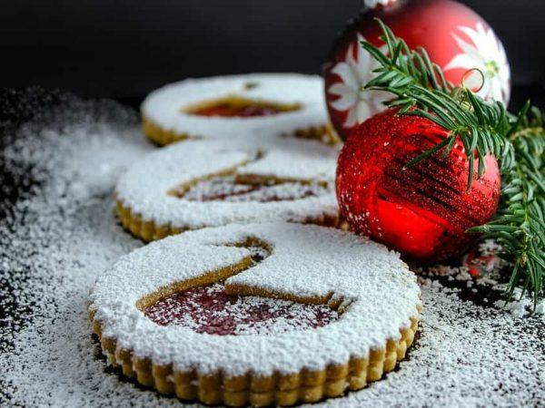 Besonders zu Weihnachten wenn man Plätzchen backt ist es gut einen Puderzuckerstreuer zur Hand zu haben. Hier gilt es vor dem kauf zu bedenken, dass es verschiedene Arten von Puderzuckerstreuern gibt.