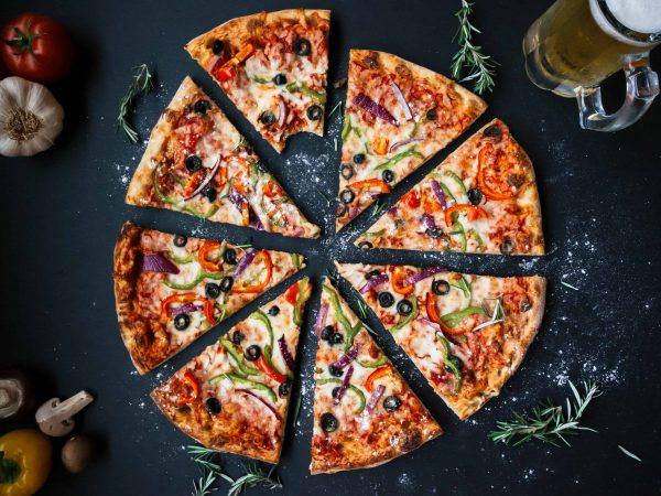 Pizza geschnitten