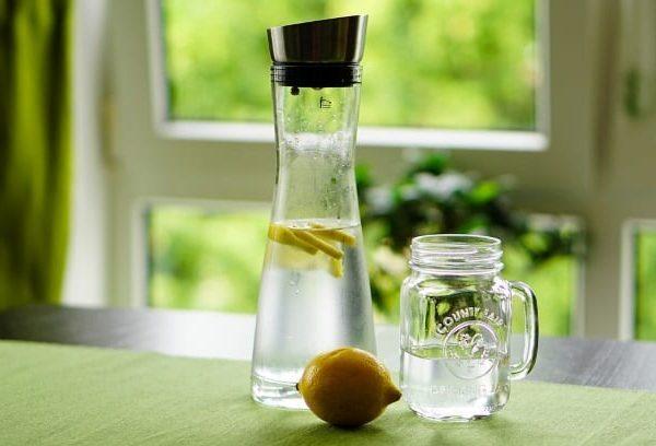 Glasflaschen oder -karaffen halten länger und sorgen für einen unverfälschten Geschmack.
