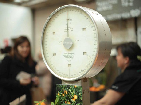 Küchenwaagen kommen vor allem dann zum Einsatz, wenn für das Gelingen von Speisen bestimmte Zutaten wie zum Beispiel Mehl, Zucker, Speisefette in einem bestimmten Verhältnis gemischt werden müssen und ein bloßes Abschätzen nicht ausreicht. (Bildquelle: unsplash.com / Maria Molinero)