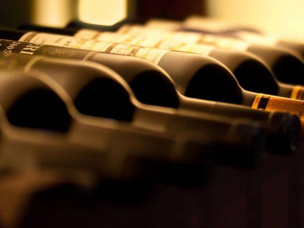 Weinflaschen müssen liegend gelagert werden, aber warum? Durch die liegende Lagerung wird der Korken von Innen nass gehalten. So trocknet der Korken nicht aus und es wird verhindert, dass ein Teil des Weins verdunstet oder zu schnell oxidiert.