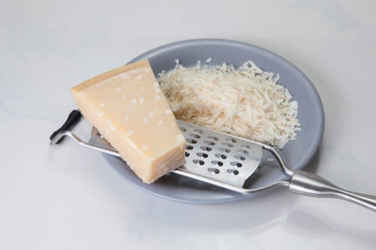 geriebener Parmesan mit Reibe