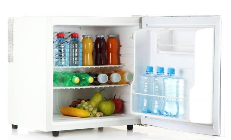 geöffneter Minikühlschrank