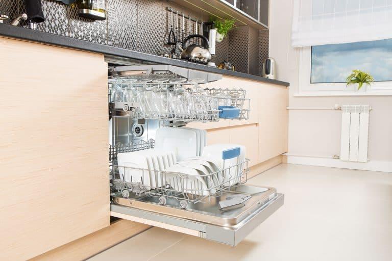 geöffnete Spülmaschine in Küche