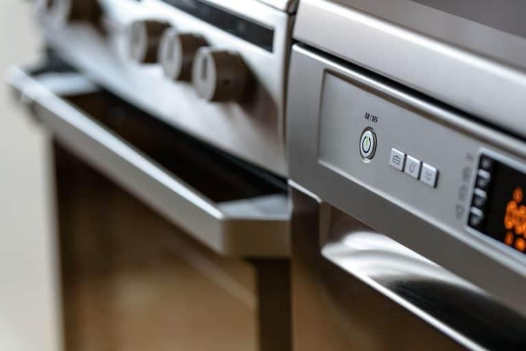 Nahaufnahme einer Spülmaschinen- und einer Ofenfront