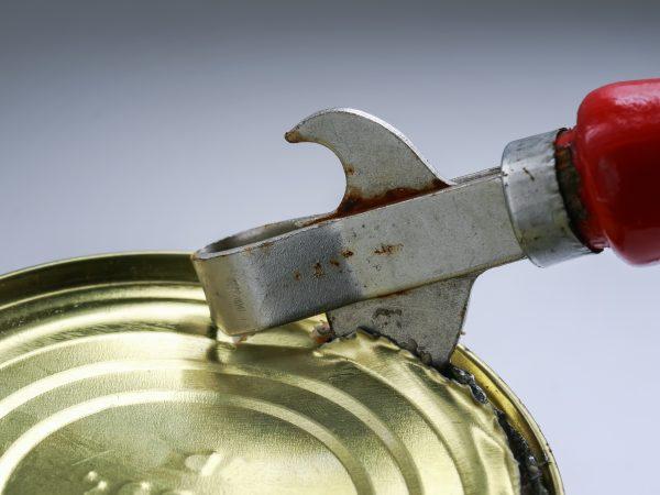 Dabei wird die Konserve zwischen das Gerät geklemmt und durch einen Drehmechanismus geöffnet.